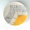 VERKOCHT S.O.S. (2012) kralen en ijzerdraad op keramiek, doorsnede 21 cm