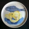 Frisse vis (2012) schildering op keramiek, Ø 16 cm (particuliere collectie)