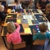 Leerlingen van groep 1 en 2 van Jozefschool Den Burg aan het werk.